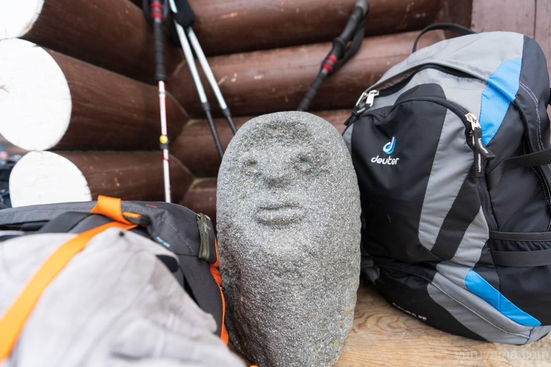 燕山荘前の岩男の像