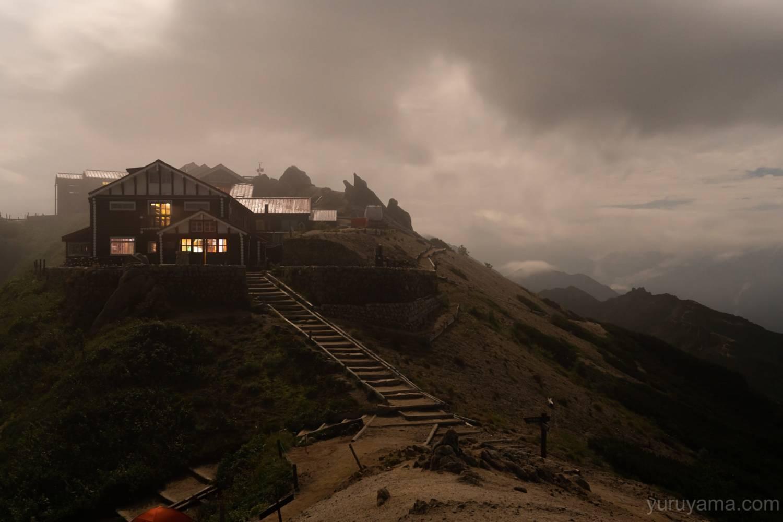 夜の燕山荘