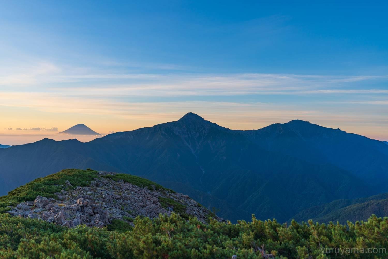 小仙丈ヶ岳から見る富士山と北岳