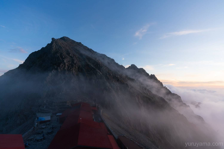 穂高岳山荘から見る奥穂高岳