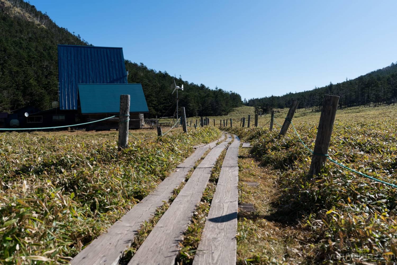 縞枯山荘から雨池峠へ続く木道