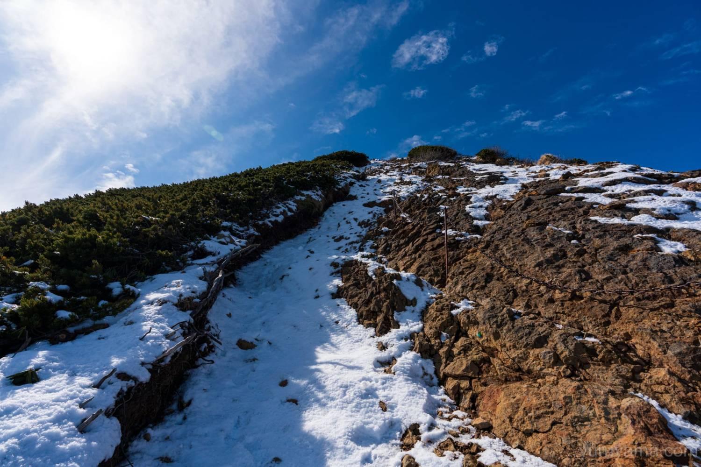 雪の積もった赤岳登山道