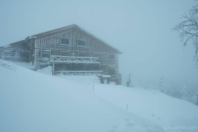 雪降る西穂山荘の画像