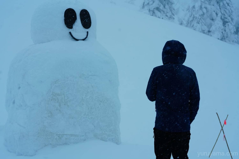西穂山荘前の雪だるまの画像