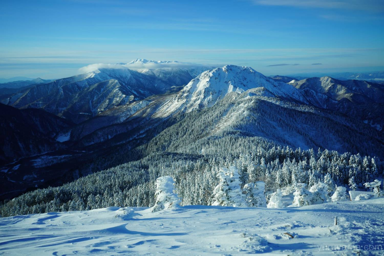 雪で白く染まる乗鞍岳と焼岳の画像