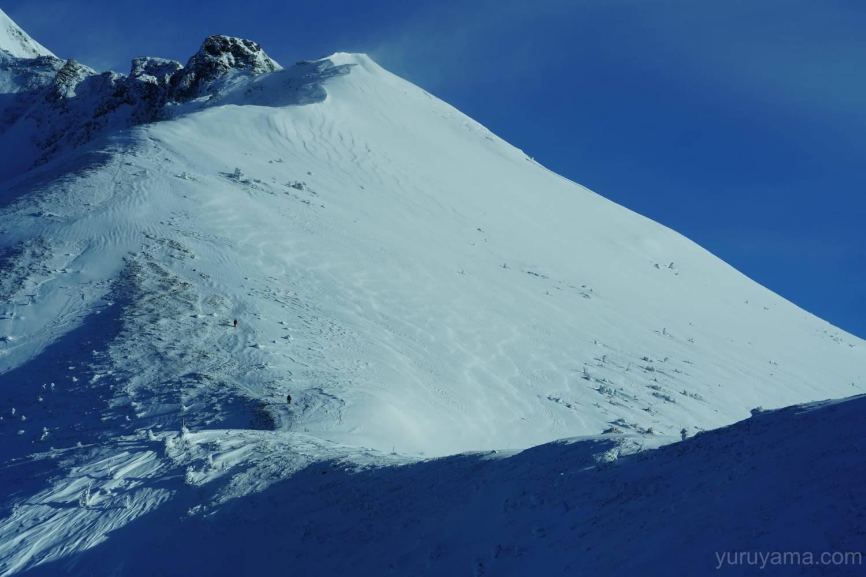 雪で覆われた西穂高岳の斜面の画像