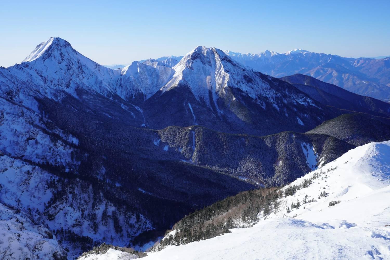 厳冬期硫黄岳から見える赤岳と阿弥陀岳