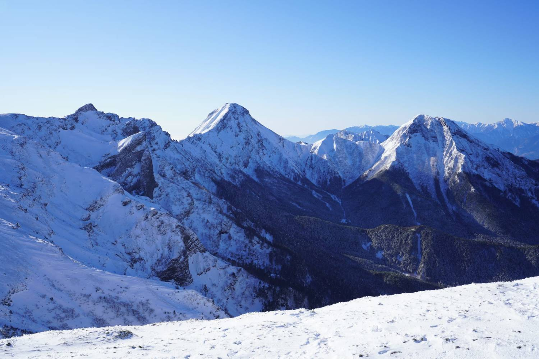 硫黄岳山頂から見える横岳と赤岳と阿弥陀岳