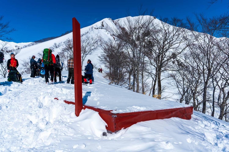 雪に埋まる熊穴沢避難小屋の画像