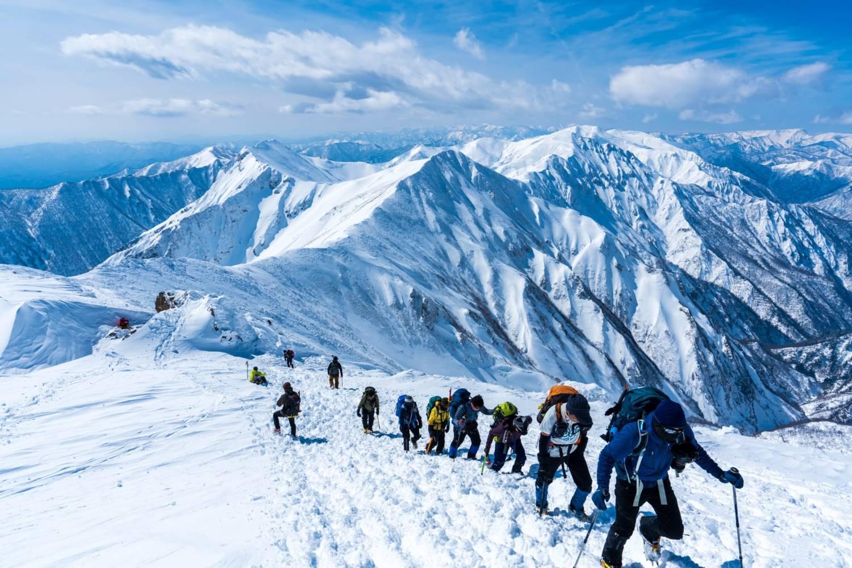 厳冬期の谷川岳を登る登山者の画像