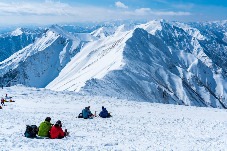 肩の小屋で休憩する登山者の画像