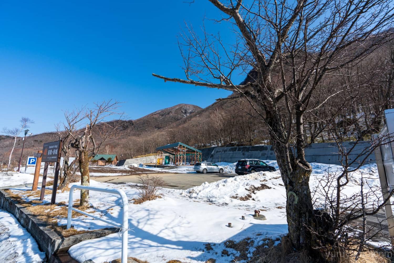 駐車場から見上げる黒檜山の画像