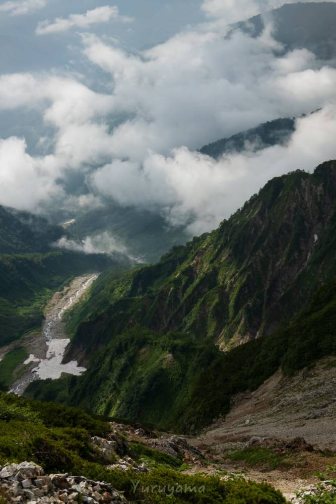 ガスに覆われる白馬岳の山肌