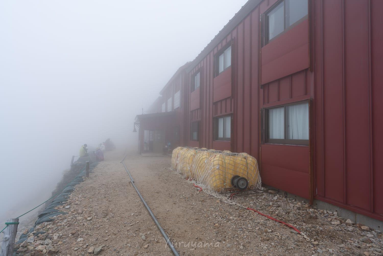 霧中の唐松岳頂上山荘