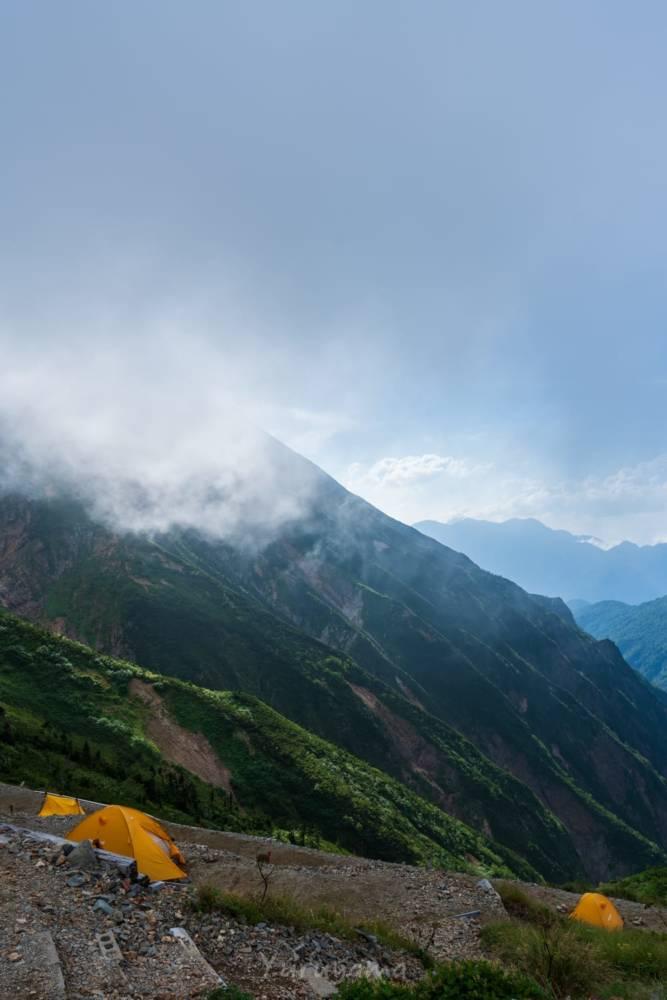 五竜山荘から眺める立山方面と五竜岳の岩肌