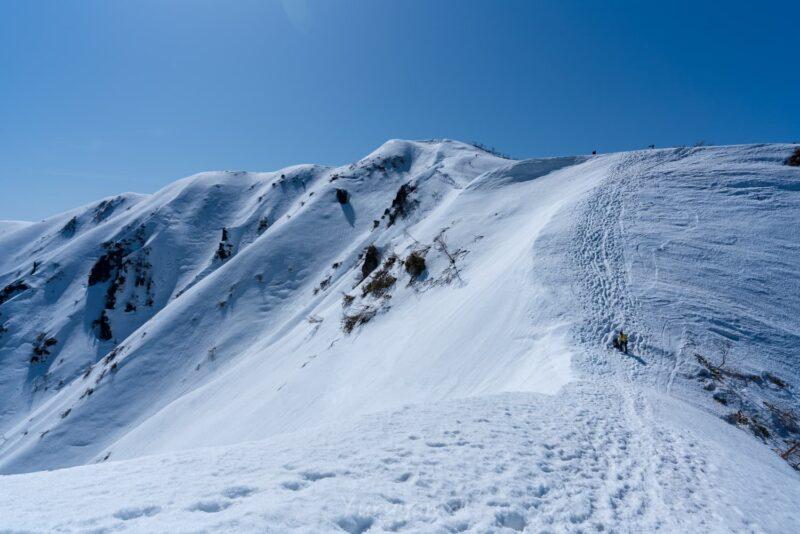 雪に包まれた荒島岳の稜線