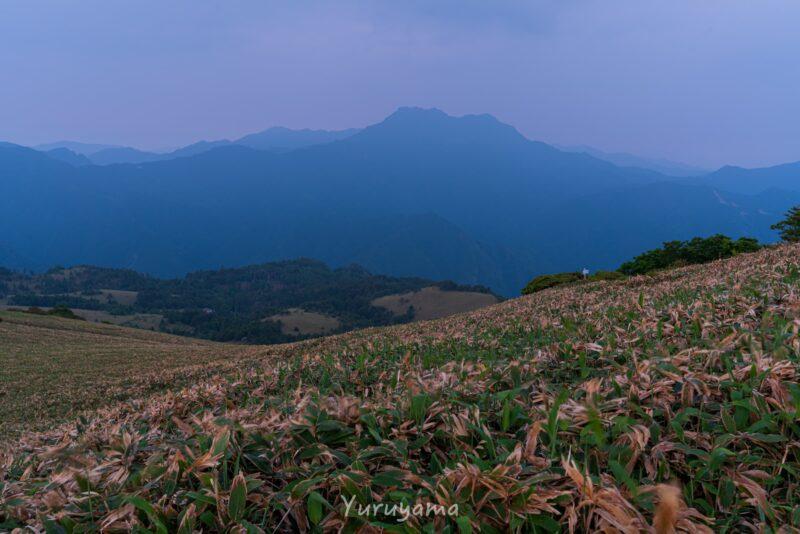 笹原と石鎚山