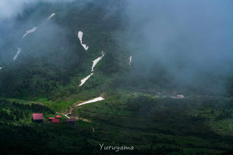 雲に巻かれる南竜山荘
